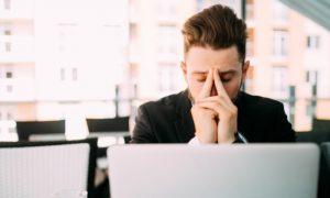 Depressão no trabalho: qual é a melhor maneira de lidar com um funcionário?