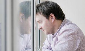 Desânimo constante: não ter vontade de sair pode ser sinal de depressão?