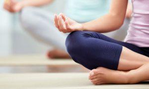 Pensionista trata ansiedade com psicoterapia, medicamento e yoga