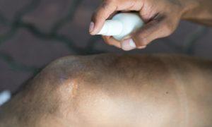Como funciona um spray anti-inflamatório tópico?