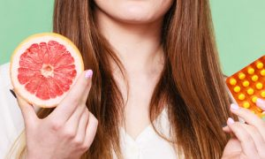 Qual é a importância da vitamina C para a saúde das articulações?