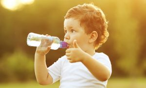 Diarreia em crianças: qual a quantidade de água recomendada para hidratação?