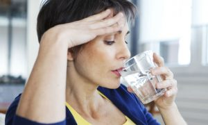 Por que a menopausa é um fator de risco para o aumento do colesterol no sangue?