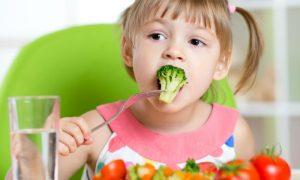 Alimentação saudável: É melhor investir em vegetais crus para turbinar a saúde dos filhos?