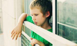 Quais são os primeiros sintomas de autismo em crianças?