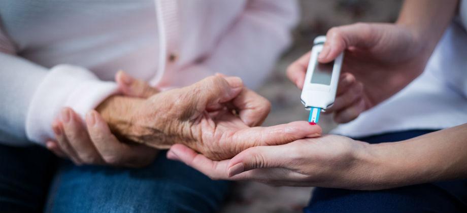 Com medicação, insulina e mudanças na alimentação, aposentada controla caso avançado de diabetes tipo 2
