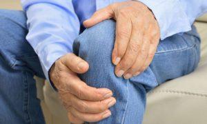 Aposentado do Ceará enfrenta dor causada pela osteoartrite com tratamento