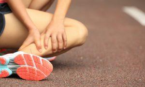 Quais são os primeiros passos para tratar uma torção do tornozelo?
