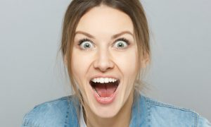 Quais são as características da mania no transtorno afetivo bipolar?