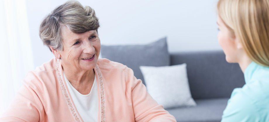 Imagem do post Mal de Alzheimer: como os cuidadores podem melhorar a qualidade de vida dos pacientes no estágio avançado da doença?