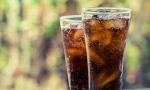 Por que bebidas como refrigerantes podem aumentar a produção de gases intestinais?