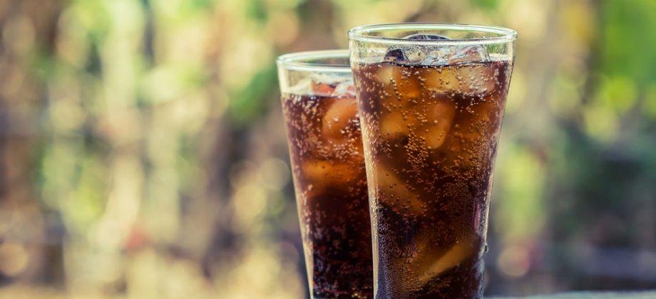 Imagem do post Por que bebidas como refrigerantes podem aumentar a produção de gases intestinais?