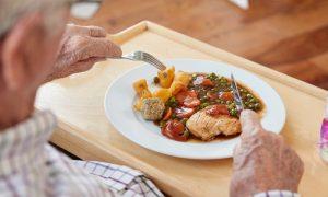 Como os idosos devem se alimentar?