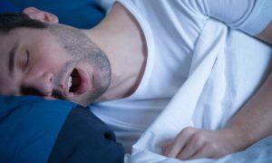 Por que pessoas com nariz entupido roncam mais durante a noite?