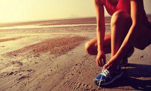 Correr na praia queima mais calorias do que a mesma atividade em uma esteira?