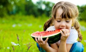 Confira algumas dicas de atividades e alimentos que podem ajudar a criançada a se refrescar nesse verão!