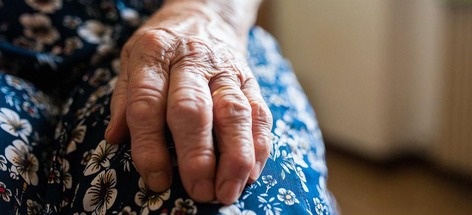 Por que as paredes das artérias ficam mais rígidas com o envelhecimento?
