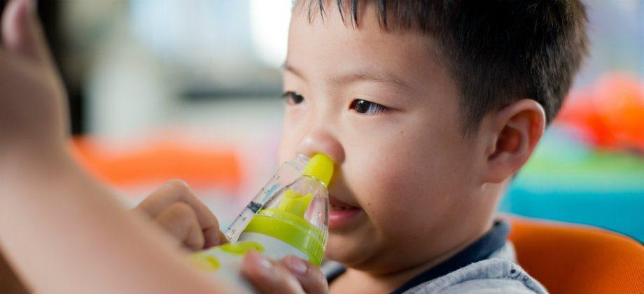 Imagem do post A partir de qual idade os pais podem usar soluções salinas para higienizar o nariz dos filhos?