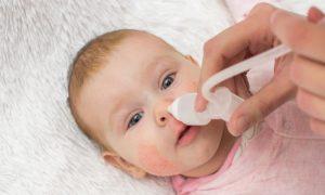 A partir de qual idade os pais podem usar soluções salinas para higienizar o nariz dos filhos?