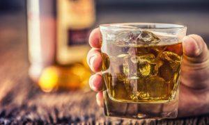 Por que o consumo de álcool em excesso aumenta os riscos de hipertensão?