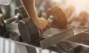 Como evitar lesões após aumentar a carga dos exercícios da academia?