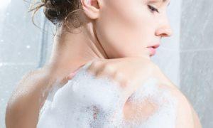Quais são os cuidados no banho para evitar a irritação da pele sensível?