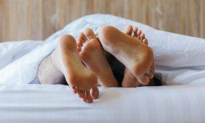 Por que a atividade sexual deve ser evitada durante um quadro de infecção urinária?