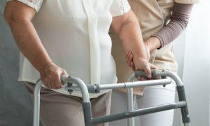 Como alguém com osteoporose pode se prevenir de fraturas?