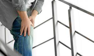 Sentir o joelho doendo ao subir e descer escadas é um sintoma da osteoartrite?
