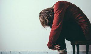 O que acontece quando interrompo o tratamento com antipsicóticos antes do meu médico orientar?
