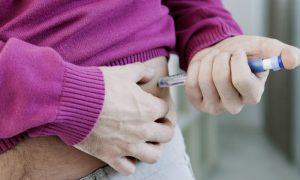 Quais são os principais riscos associados ao abandono do tratamento do diabetes?