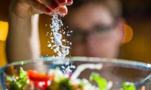 Como uma pessoa com pressão alta pode reduzir o consumo de sal no dia a dia?