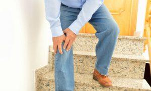 Quem tem osteoartrite nos joelhos deve evitar subir muitos lances de escada?