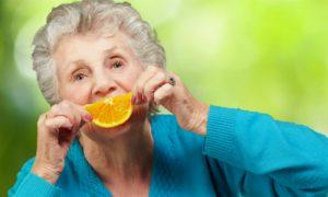 Por que a vitamina C é importante para a síntese de colágeno?