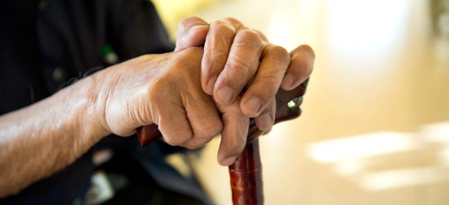 Qual é o papel das bengalas no tratamento da osteoartrite em idosos?