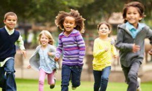 Imunidade: qual é a importância das crianças brincarem ao ar livre?