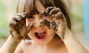 Quais hábitos de crianças favorecem a entrada de vírus e bactérias no organismo?