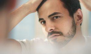 Dormir com o cabelo molhado pode favorecer a calvície?