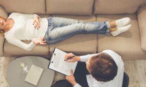 Qual é o papel da terapia no tratamento de um quadro de esquizofrenia?