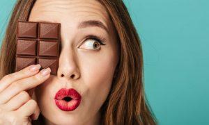 Chocolate dá espinha? Lavar o rosto ajuda? Conheça os mitos e verdades sobre a acne!