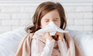 Como o sistema de defesa do corpo enfrenta uma doença como o resfriado?