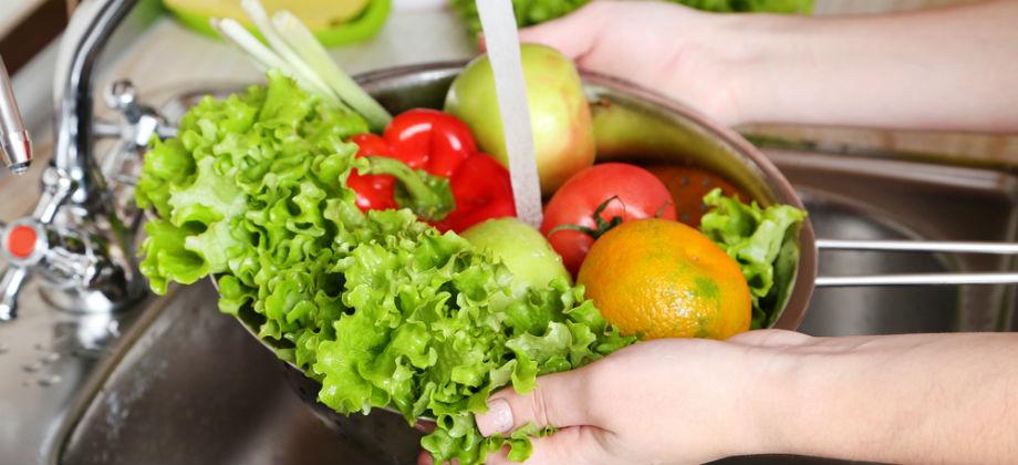 Qual é a melhor forma de lavar os alimentos para evitar parasitas intestinais?
