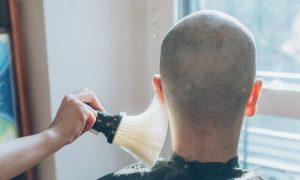 Raspar a cabeça para disfarçar a calvície pode agravar o problema?