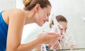 Pele oleosa: Quais são os principais cuidados que você deve incluir em sua rotina?
