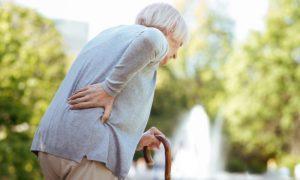 O que pode acontecer com os ossos de alguém que abandona o tratamento da osteoporose?