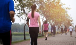 A caminhada pode ser usada para ajudar no controle da pressão arterial?