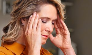 Como a dor crônica afeta o aspecto psicológico dos pacientes?