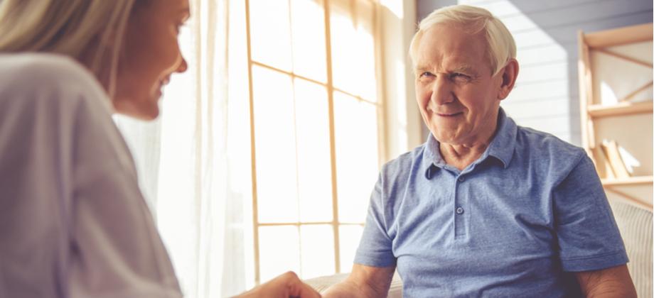 De que forma o cuidador pode ajudar no tratamento da doença de Alzheimer?