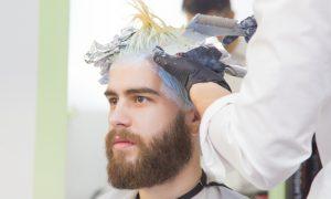O uso de produtos químicos no cabelo pode acelerar a calvície?