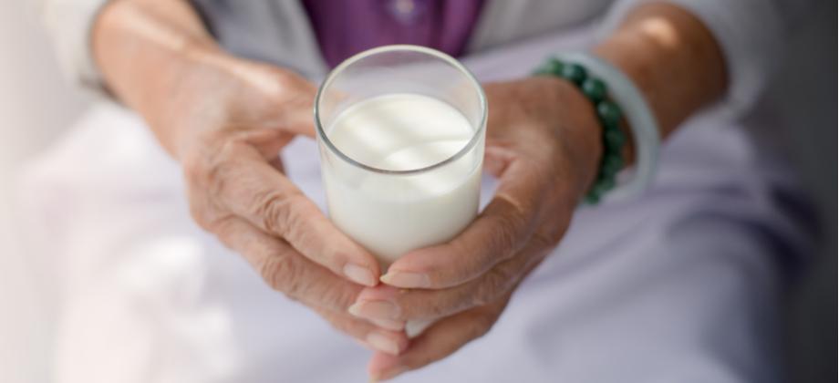 Qual a relação da vitamina D com o cálcio na saúde dos ossos?